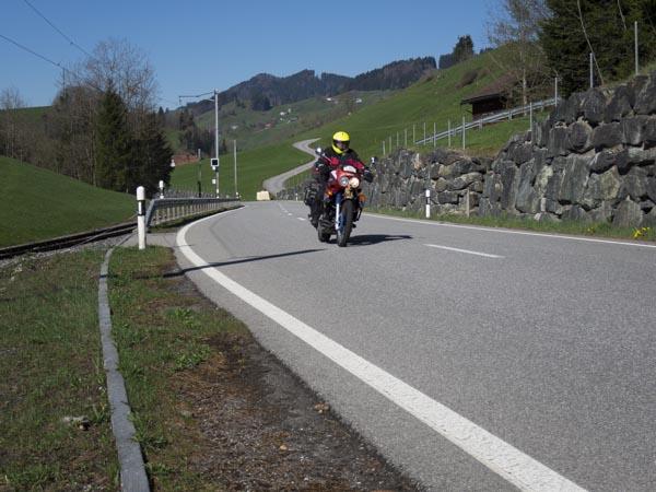 Warum Motorradfahrer sinnlos überholen
