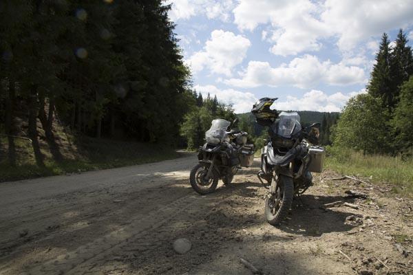 Schotterpiste in den Wäldern von Rumänien