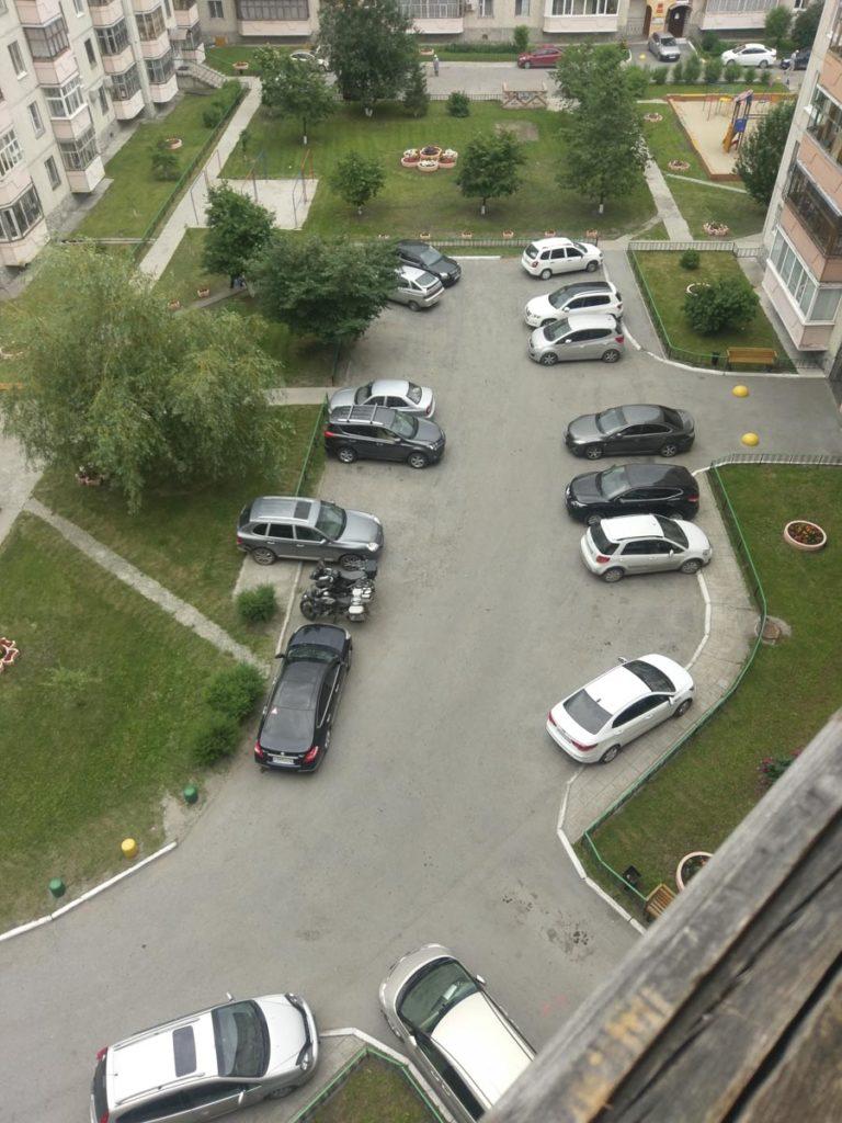 kein sicherer Parkplatz im Innenhof einer Plattenbausiedlung, Russland 2017