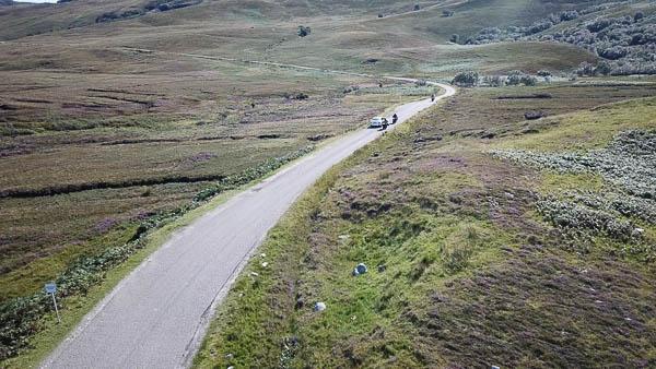 Auto kreuzt Motorrad auf schmaler Strasse