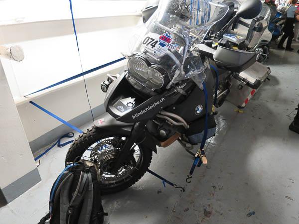 Motorrad auf der Fähre gesichert