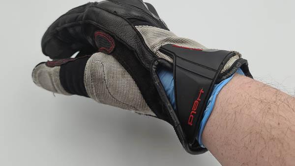 Motorradhandschuhe mit Latexhandschuhe kombiniert